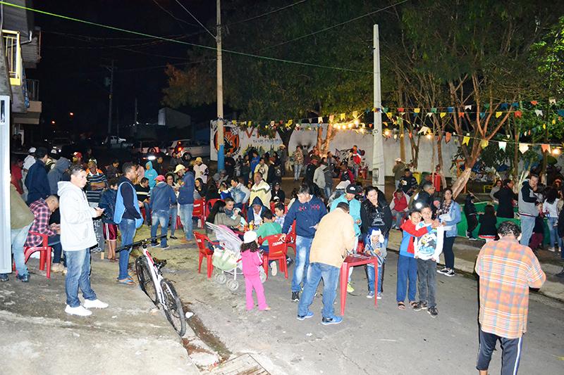 Comunidade tomou conta da área de lazer para uma noite de convivência, apesar do frio