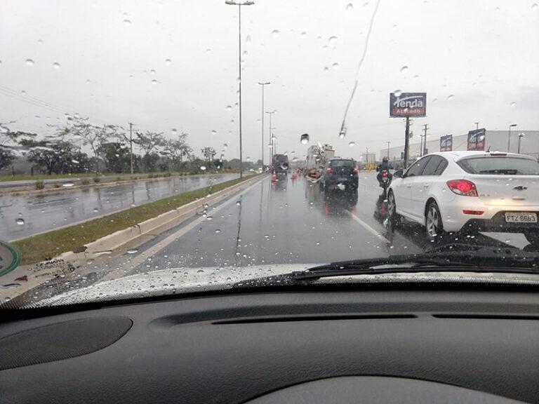 Trevo perto do Tenda tem dois acidentes nesta manhã chuvosa do dia 4