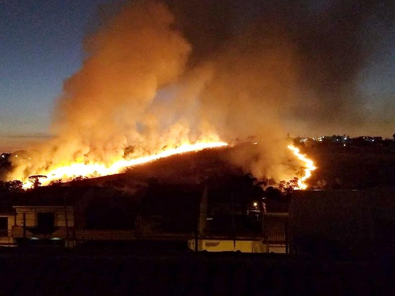 Incêndio atinge grande área e assusta moradores do Porto Seguro, em Salto