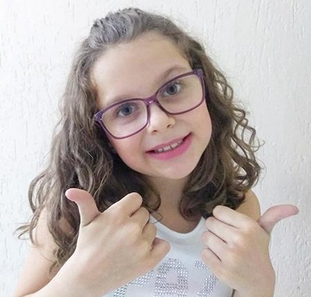 Garota Luísa, de 9 anos, homenageia profissionais da Saúde em seu canal no youtube