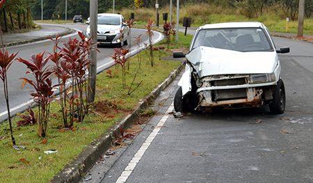 Pista molhada, pneu careca, possível alta velocidade, acidente, três feridos sem gravidade