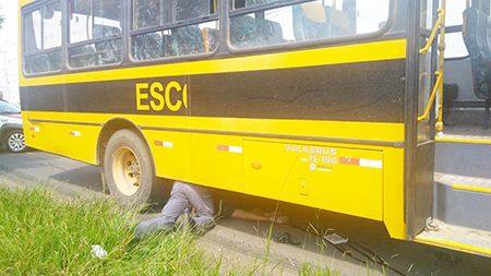 Mulher de 50 anos perde direção da motocicleta, colide com ônibus escolar e é socorrida em estado muito grave