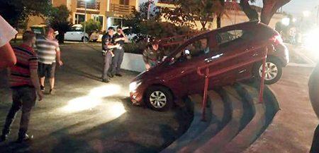 Trânsito cada vez mais louco: motorista perde controle e para em escadaria do CEC