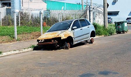 Farra dos carros abandonados continua prejudicando Salto e dificultando o trânsito