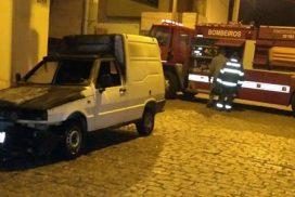 Carro pega fogo no 3 Marias e homem que vendia churrasco perde automóvel em Salto
