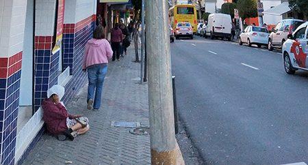 Como tem pedintes nas ruas e pessoas fazendo malabarismos nos semáforos em Salto