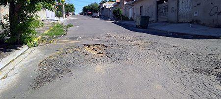 Ruas da parte baixa do Jardim Planalto estão parecendo o solo da Lua: cheias de buraco