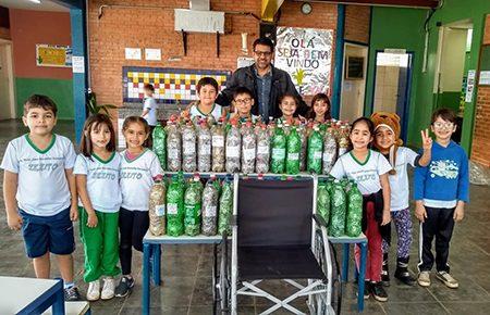 Alunos da Zezito, no Jardim das Nações, em Salto, trocam 140 garrafas com lacres coletados por cadeira de rodas