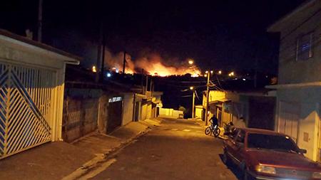 Read more about the article Matéria repetida? Não! Mais um grande incêndio em Salto, agora na região da Avenida José Maria Marques de Oliveira