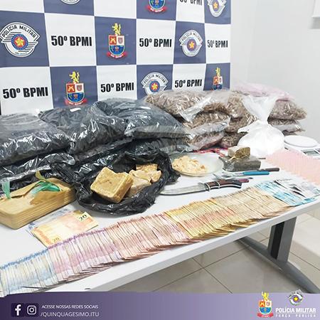 Transação do tráfico é flagrada pela PM, 2 são presos e muita droga é apreendida