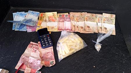 Viu GCM, tentou jogar droga e foi preso com grana e, cocaína e crack no Santa Cruz, em Salto
