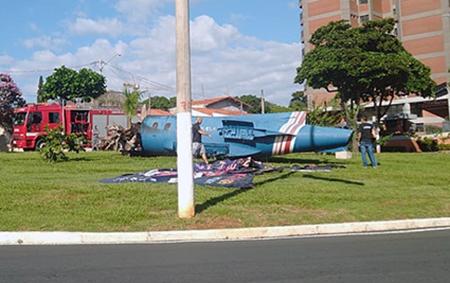 Absurdo: vândalos queimam monumento perto da Cidade da Criança em Itu