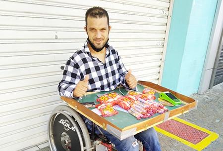 Read more about the article Você precisa conhecer a história e enxergar o cadeirante que vende balas em Salto e em Itu