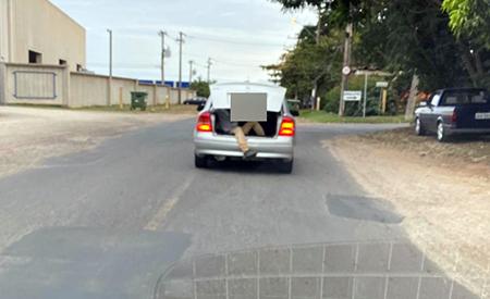 Read more about the article Leitor do Blog flagra carro lotado com homem no porta-malas